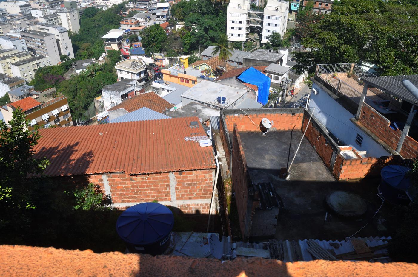 Die Favela Babilônia zieht sich den Hügel hinauf und ist von üppiger Vegetation durchsetzt. (Bild: Andreas Lerg)