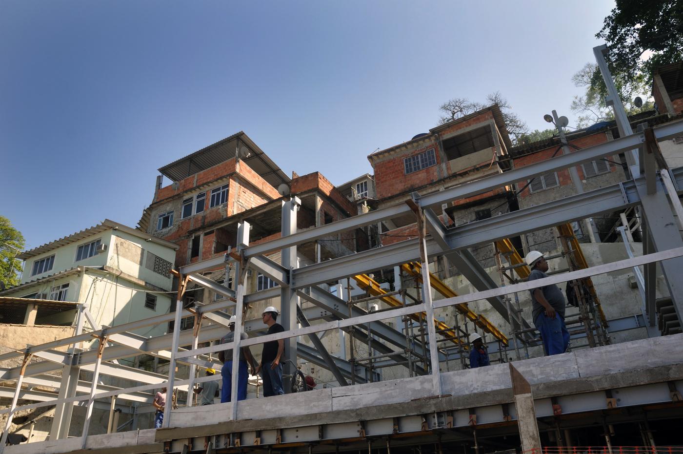Die Stadt Rio de Janeiro baut in der Favela Babilonia mittlerweile sozialen Wohnungsbau. Hier ensteht eine neue kleine Wohnanlage. (Bild: Andreas Lerg)