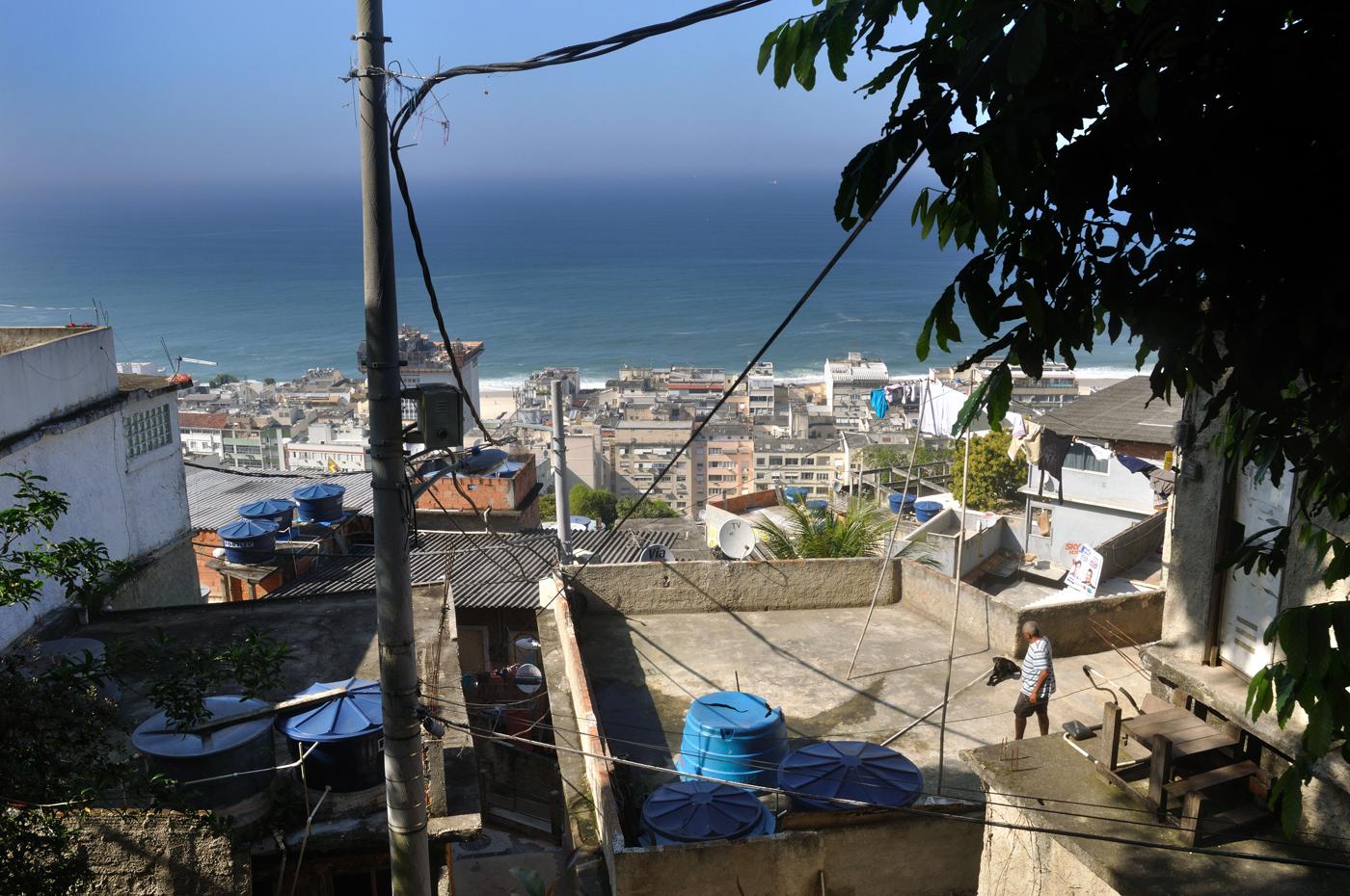 Der Blick hinab ins Tal bietet den Touristen oft den Kontrast von Armut einfachen Verhältnissen im Vordergrund und dem Strandparadies Copacabana im Hintergrund. (Bild: Andreas Lerg)
