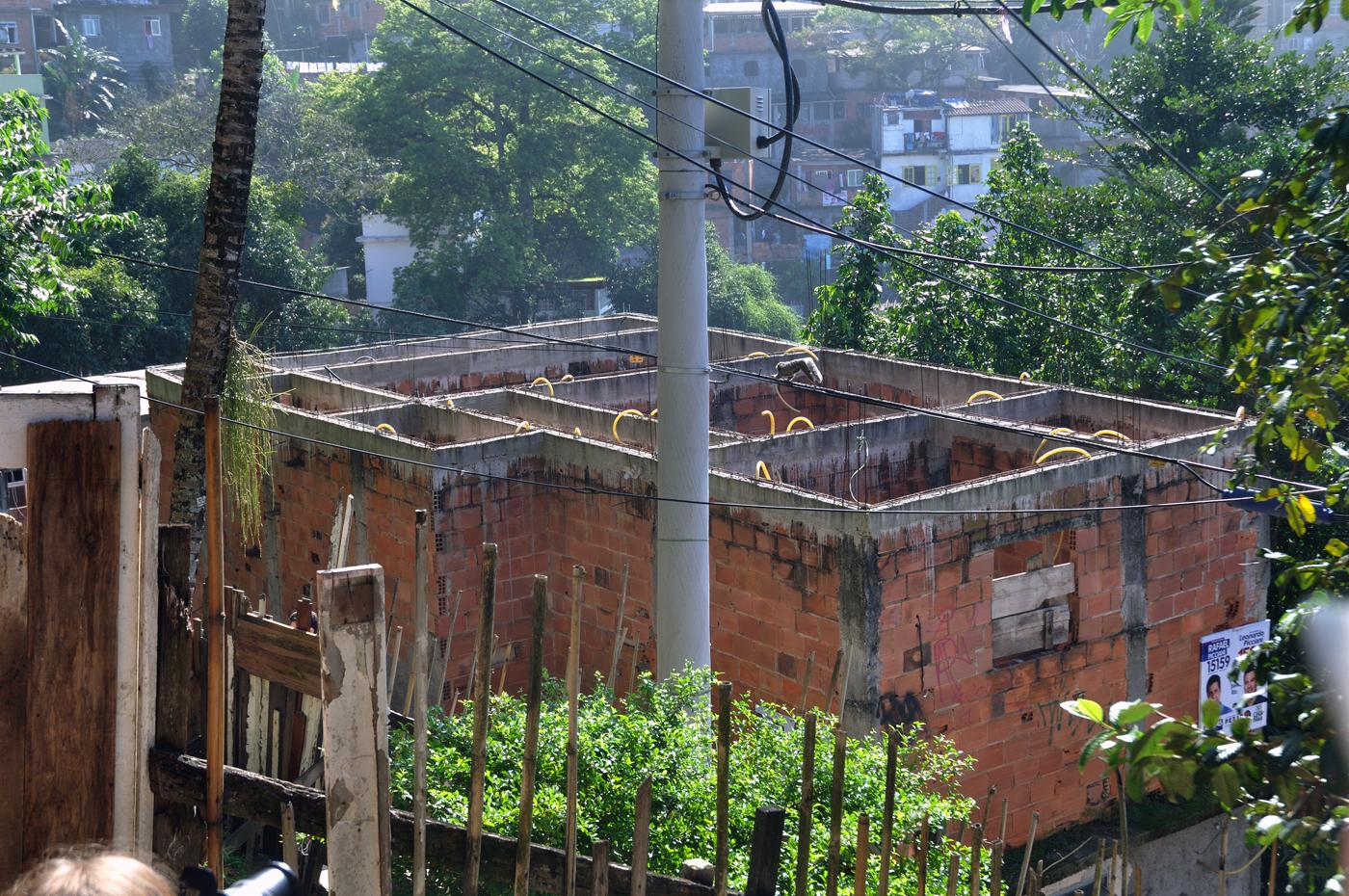 Die obersten Stockwerke mancher Bauten sind nur ein Rohbau. Darunter wird gewohnt. Wächst die Familie, wird das nächste Stockwerk komplettiert. (Bild: Andreas Lerg)