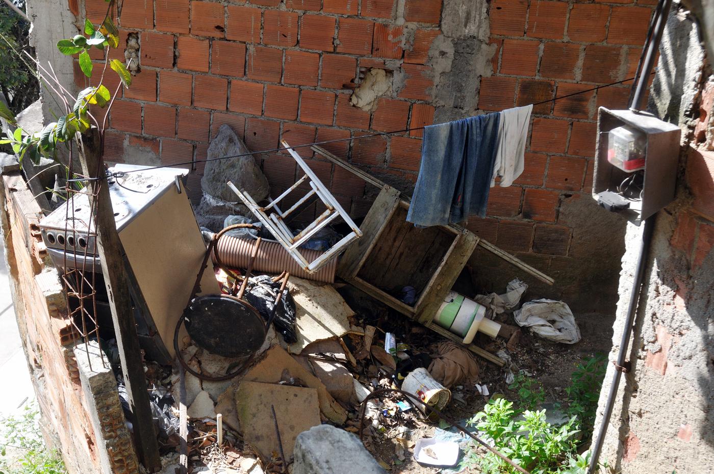 """Die oft nur über kleine Treppen nerreichbaren Häuscer und Hütten sind für die Müllabfuhr kaum zu erreichen. So hat mancher seine """"private Müllhalde"""" im Hinterhof. (Bild: Andreas Lerg)"""